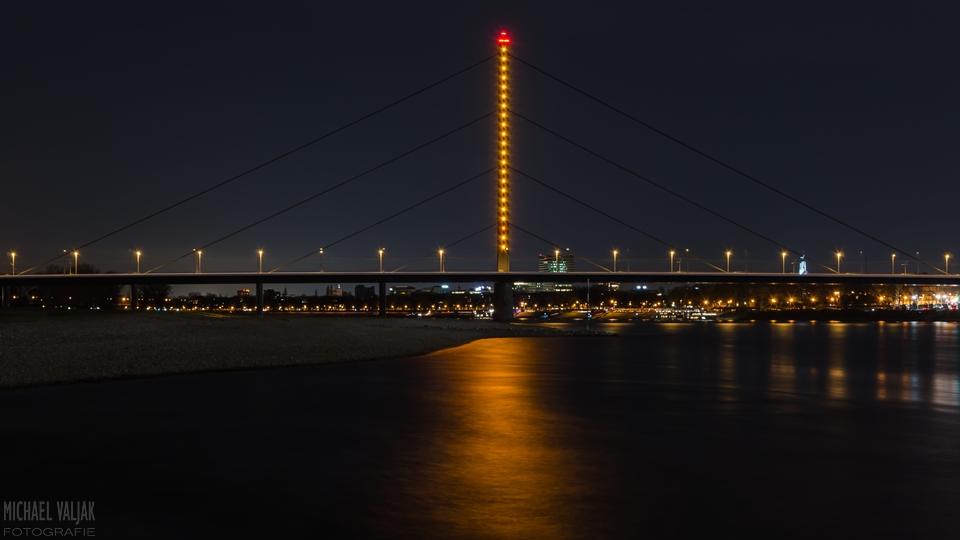 Oberkasseler Brücke bei Nacht