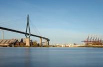 Bei der Köhlbrandbrücke im Hamburger Hafen
