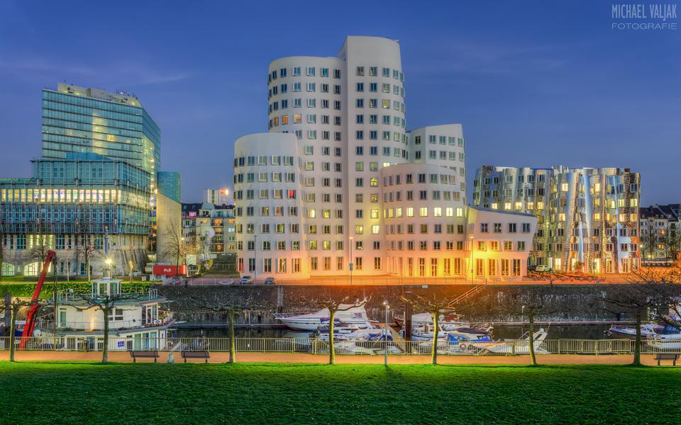 Gehry-Bauten Düsseldorf bei Nacht