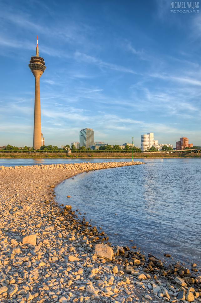 Abends am Rhein in Düsseldorf