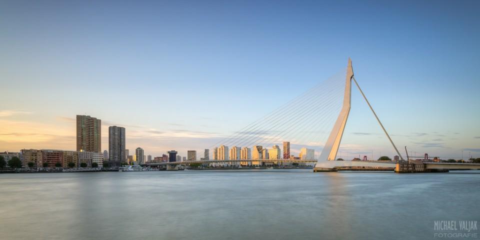 Skyline von Rotterdam im Abendlicht