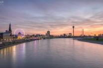 Düsseldorf Skyline bei feuerrotem Sonnenuntergang