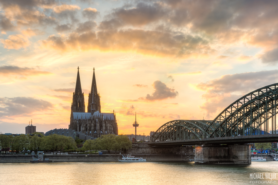 Glühender Himmel über Köln