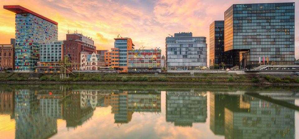 Sonnenuntergang im Düsseldorfer Medienhafen
