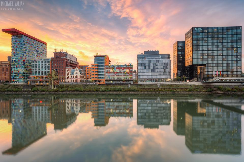 Düsseldorf Spiegelung im Medienhafen bei Sonnenuntergang
