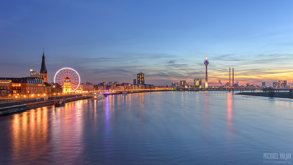 Düsseldorf Skyline mit rotem Riesenrad