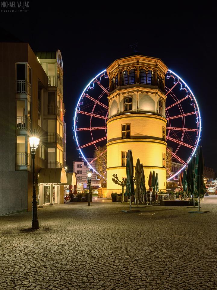 Schlossturm in Düsseldorf und rotes Riesenrad