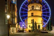 Schlossturm in Düsseldorf und blaues Riesenrad