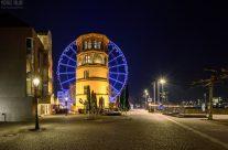 Schlossturm und blaues Riesenrad in Düsseldorf