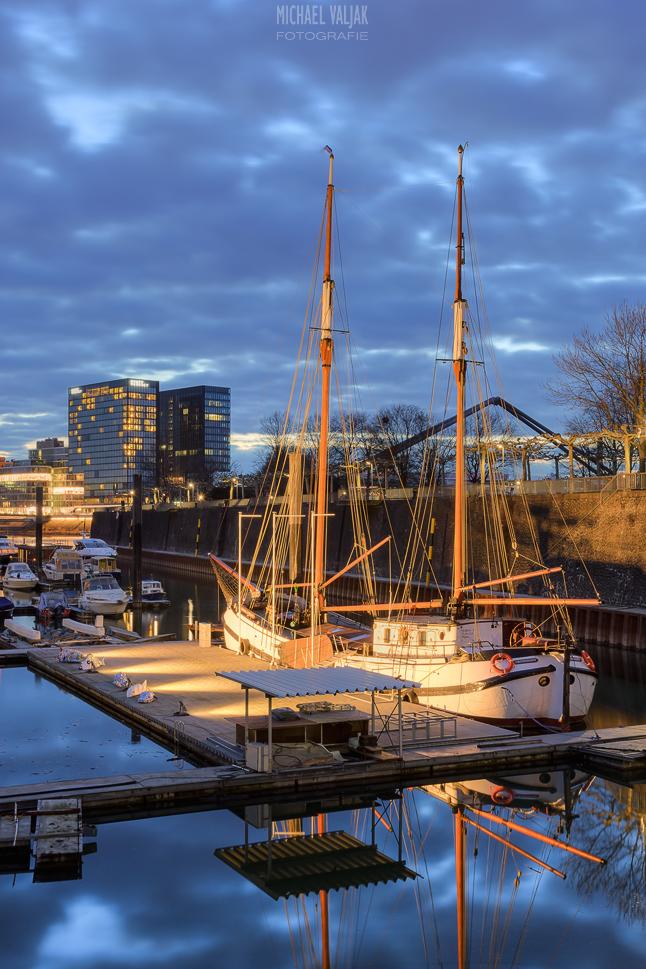 Segelschiff im Düsseldorfer Medienhafen