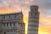 Der Schiefe Turm von Pisa bei Sonnenaufgang
