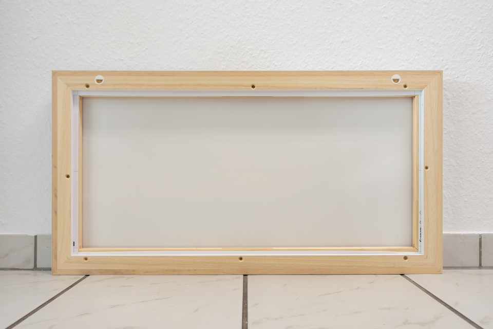 Leinwand mit Schattenfugenrahmen, Rückseite inklusive Aufhängung an der Oberseite des Rahmens