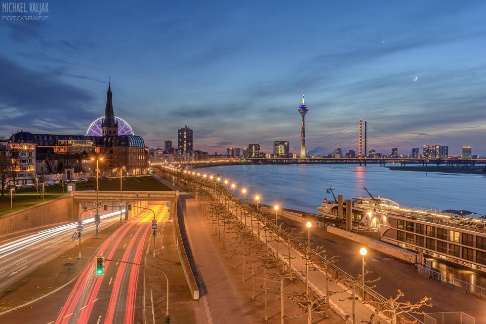 Düsseldorf Rheinufertunnel und Skyline