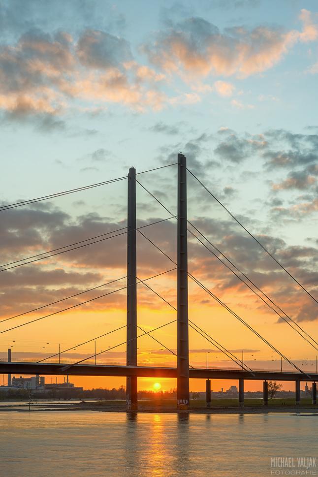 Rheinkniebrücke Düsseldorf im Sonnenuntergang