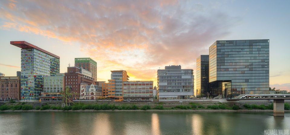 Sonnenuntergang im Medienhafen Düsseldorf