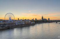 Kölner Skyline mit Riesenrad bei Sonnenuntergang