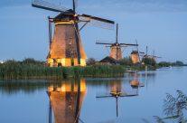 Beleuchtete Windmühlen in Kinderdijk bei Rotterdam
