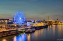 Die Skyline von Köln am späten Abend