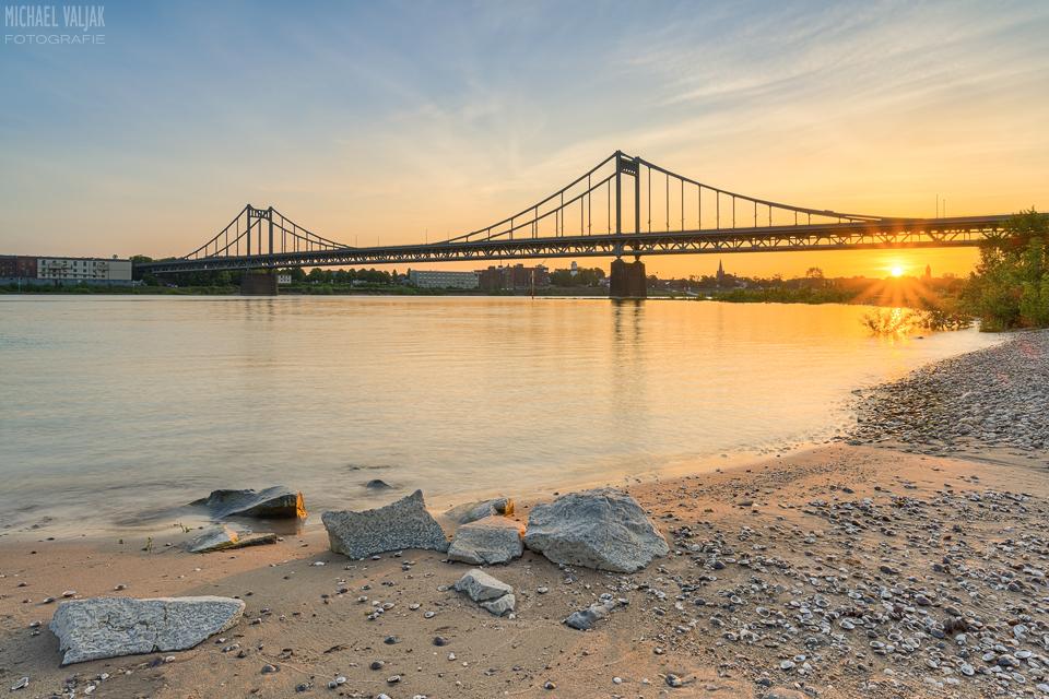 Am Rheinstrand bei der Rheinbrücke Krefeld-Uerdingen