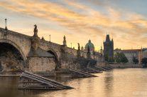Karlsbrücke in Prag bei Sonnenaufgang